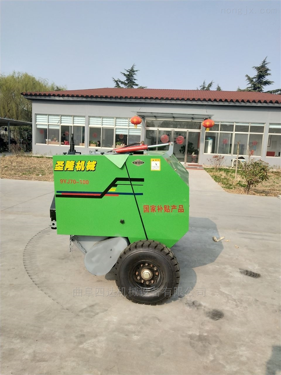 小型拖拉机带的小麦秆打捆机